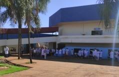 Profissionais de enfermagem protestaram na Prefeitura de Dourados nesta manhã (Foto: André Bento)