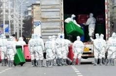 Agentes recolhem latas de lixo no mercado de Huanan, em Wuhan Agentes recolhem latas de lixo no mercado de Huanan, em Wuhan - Foto: Reuters