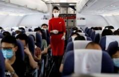 Comissária de bordo em voo chinês - Foto: Reuters