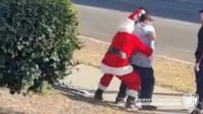 Papai Noel agarra suspeito na Califórnia - Foto: Reprodução/Facebook(Riverside Police Department)