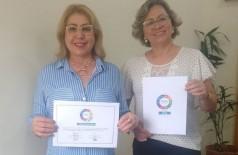 Secretária Fátima Alencar e a diretora Shirley Zarpelon com o certificado e o selo Migracidades – SEMAS