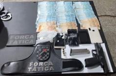 PM prende dupla com arma de fogo de uso restrito, drogas e dinheiro