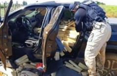 Ao tentar fugir, motorista tomba pick-up com mais de 1 tonelada de maconha