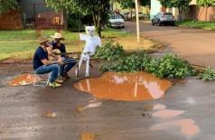 Vídeo viraliza com amigos ironizando 'buracão' em rua de Dourados; Assista