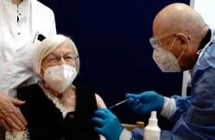 Em Berlim, Gertrud Haase, 101 anos, foi a primeira pessoa a ser vacinada.  Reuters/Kay Nietfeld/Direitos Reservados