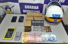 Drogas, celulares e dinheiro apreendidos pela Guarda com o acusado - Foto: GMD