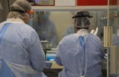 Servidores da UFGD e do HU-UFGD têm atuado na análise de amostras de pacientes com suspeita de covid-19 (Foto: Divulgação/HU-UFGD)