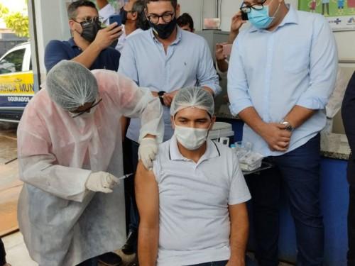 nfermeiro intensivista Valdeci Santana, de 50 anos, recebeu a primeira dose aplicada em Dourados (Sidnei Bronka/94FM)