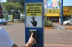 Agetran orienta pedestres na utilização da botoeira sonora (Foto: Leandro Silva/Divulgação Prefeitura)
