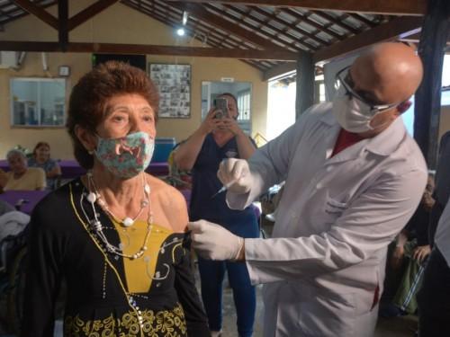 Vacinação de trabalhadores de saúde volta nesta terça-feira e de idosos na quarta-feira