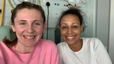 Rosie (à esquerda) e Zoe, que recebeu um rim da melhor amiga (Foto: Reprodução)