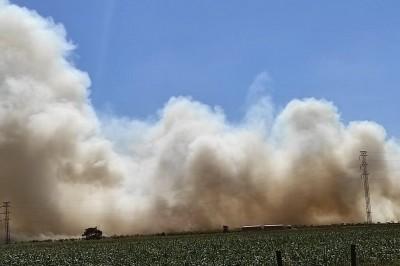 Fogo em propriedade rural às margens da Perimetral Norte provocou fumaça alta e densa (Foto: André Bento)