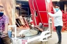 Engenheiro indiano cria ambulância puxada por moto (Foto: Reprodução)