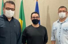 Prefeito Alan Guedes, o secretário Waldno Lucena e o enfermeiro Edvan Marcelo Marques. Foto: Assecom