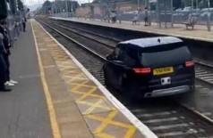 Perseguido pela polícia tenta escapar de carro por linha férrea na Inglaterra (Foto: Reprodução/Twitter)