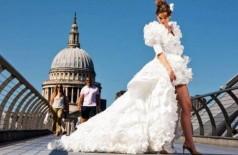 Vestido de noiva feito com 1.500 máscaras anti-Covid (Foto: Reprodução/Hitched)