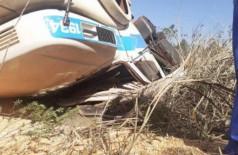 Motorista morre após tombar carreta carregada de soja em Caarapó