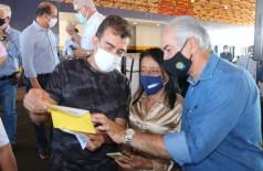 Deputado marçal e governador Reinaldo durante entrega de cartão a beneficiários