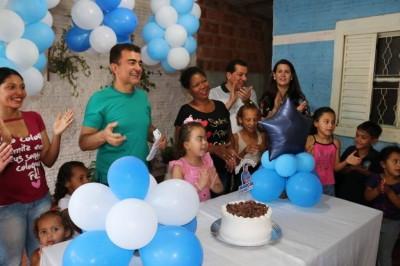 Marçal FIlho durante comemoração de aniversário de Alba, moradora na vila Vicentina, em Maracaju