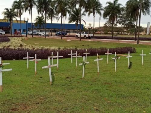 Cruzes foram colocadas na frente da prefeitura para simbolizar vítimas fatais no início da pandemia (Foto: Sidnei Bronka/Arquivo)