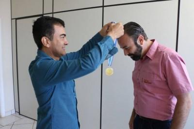 Deputado Marçal entrega medalha a Marcelo Meger, fundador do Enchei-vos