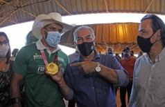 Legenda foto: Reinaldo Azambuja e Cowboy do Aço celebram medalha conquistada nas Paralimpíadas de Tóquio 2020 (Foto: Chico Ribeiro)