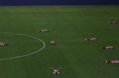 Jogadores do Operário se deitaram no gramado em apoio ao protesto do Barueri (Marcos Bezerra / Futura Press)