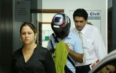 Suspeito falou à imprensa da Capital usando um capacete para não ser identificado (Diogo Gonçalves)