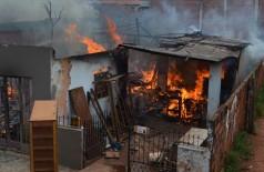 Corpo de Bombeiros tenta controlar incêncio em casa do Jardim São Pedro; veja imagens