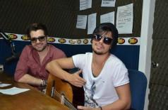 André e Kadu cantam ao vivo no estúdio da 94FM