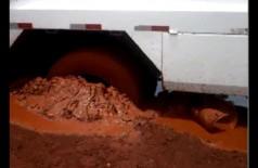 Você na redação: Caminhão que presta serviço para prefeitura atola em rua de terra