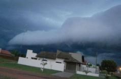 O fenômeno é conhecido como roll cloud (nuvem rolo) ou shelf cloud (nuvem prateleira) e é mais comum em regiõe... (Geigyson Ribeiro)