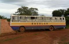 Ônibus foi abandonado depois do ladrão bater no muro (PC/MS)
