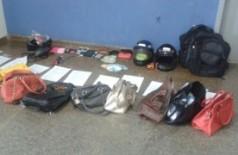 Diversas bolsas furtadas foram encontradas na casa do preso (Foto: Sidney Assis) (Reprodução)