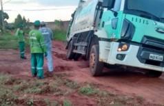"""Caminhão de lixo cai em """"cratera"""" e fica atolado na capital"""