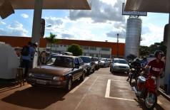 Contra aumento da gasolina, grupo de se reúne e faz 'buzinaço' em Dourados