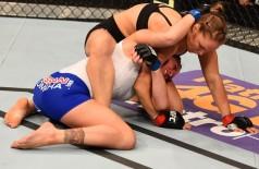 Ronda Rousey prepara a chave de braço com a qual finalizou Cat Zingano no UFC 184 (Getty Images)