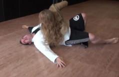 Aaron Tru se contorce após sofrer queda de Ronda (Reprodução)