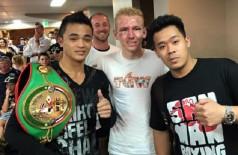 Braydon (ao centro) com John Moralde (com o cinturão), instantes após a luta (Reprodução)