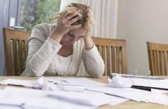 Mulher aborrecida com contas: Levantamento mostra que consumidores pagaram, em média, 199 reais de juros no mê... (mactrunk/Thinkstock)