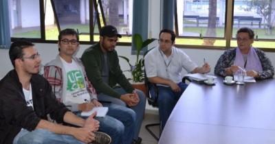 Liana Calarge, reitora da UFGD, com representantes dos grevistas (Divulgação)