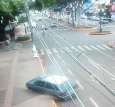 Veículo foi parar sobre a calçada da Praça Antônio João após quase atropelar ciclista (Reprodução)