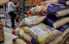 Imprescindíveis na alimentação do brasileiro, arroz e feijão também tiveram reajustes (Reprodução)