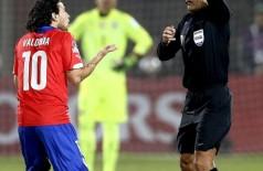 Valdivia recebe cartão amarelo, mas se jogar na Série B italiana pode ganhar um cartão verde, desde que se com... (Mario Ruiz / EFE)