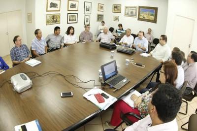 Vice prefeito, secretários e vereadores discutindo investimentos com Marcelo Migliori e Luiz Rocha. (Foto: Div... ()