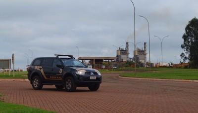 Agentes da Polícia Federal apreenderam documentos na Usina São Fernando, em Dourados (Sidnei Bronka)
