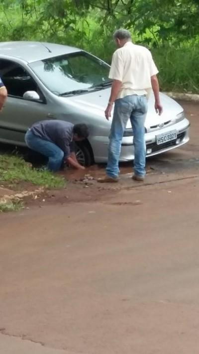 Buraco na Rua W11 com a 20 de Dezembro em Dourados causa prejuízo a motorista
