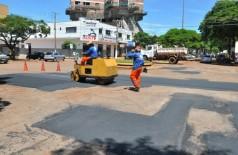 Tapa-buracos feito pela Prefeitura de Dourados na Rua Joaquim Teixeira Alves dará lugar ao completo recapeamen... (A. Frota/Arquivo/Divulgação-Prefeitura)