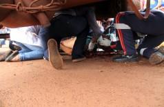 Ciclista foi parar embaixo do caminhão após o atropelamento (Sidnei Bronka/94 FM)