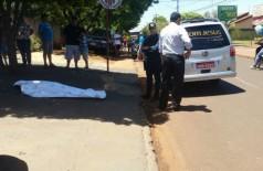 Um homem, ainda não identificado, foi assassinado a vários tiros na manhã de hoje (20). ((Foto: Sidnei Bronka))